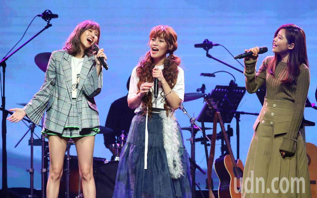 李佳歡(中)今天在台北舉辦「赴約-李佳歡 開放世界」演唱會,好友潘嘉麗(左)、吳...