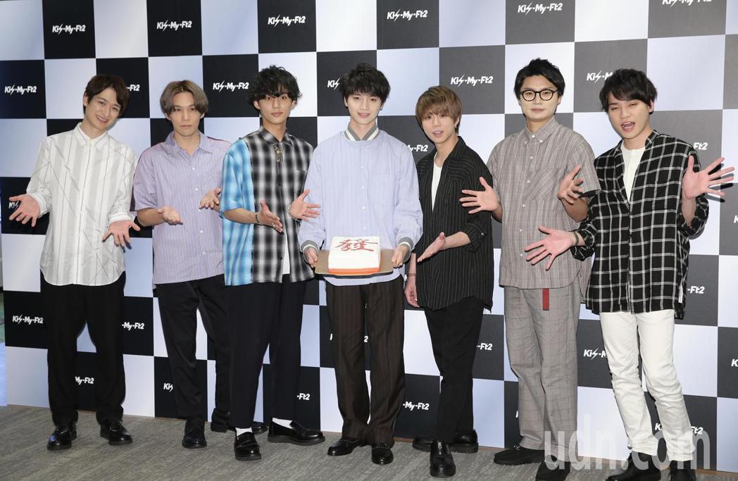日本傑尼斯男團Kis-My-Ft2下午舉行媒體見面會,經紀公司特別送上麻將牌中的...
