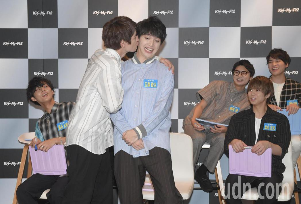 日本傑尼斯男團Kis-My-Ft2下午舉行媒體見面會,7個大男生在主持人的設計下