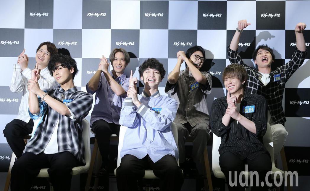 日本傑尼斯男團Kis-My-Ft2下午舉行媒體見面會,7個大男生在主持人的設計下...