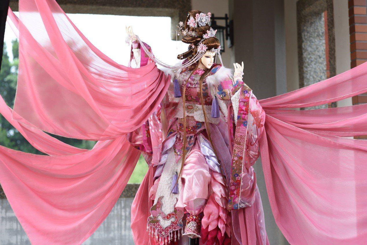 知名布袋戲偶團三昧堂在聽到櫻后生病的消息後,斥資30萬元打造櫻后戲偶,希望能協助...