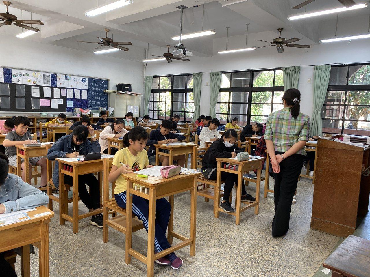 聯合盃作文大賽南區決賽,今天在台南建興國中舉辦,圖文考試情況。記者修瑞瑩/攝影