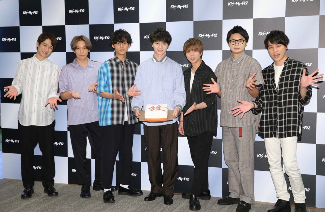 Kis-My-Ft2收到象徵八周年的發字蛋糕。記者許正宏/攝影