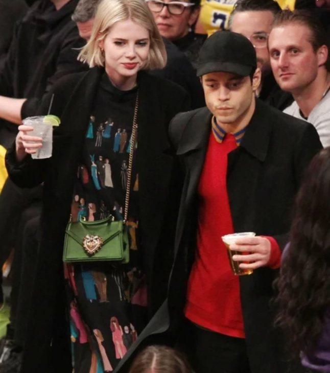 雷米馬利克和露西波頓近日被拍到一起現身NBA球場,兩人都穿黑色大衣,露西洋裝上的...