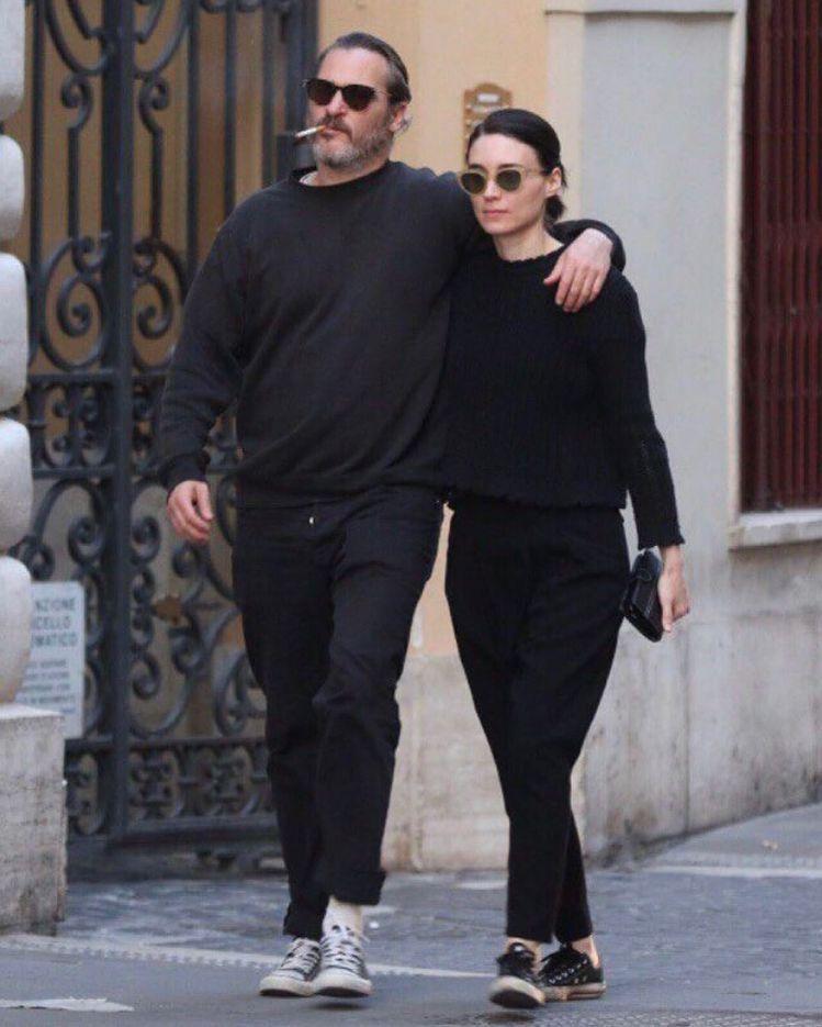 瓦昆菲尼克斯和魯妮馬拉無論檯面上檯面下總是喜歡極簡黑白穿搭,以及接地氣的「帆布鞋...