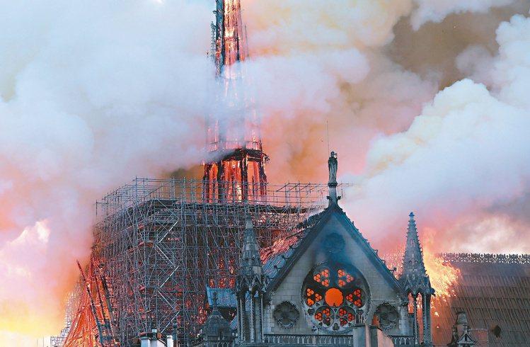 巴黎聖母院年初發生大火,教堂屋頂和尖塔付之一炬。路透