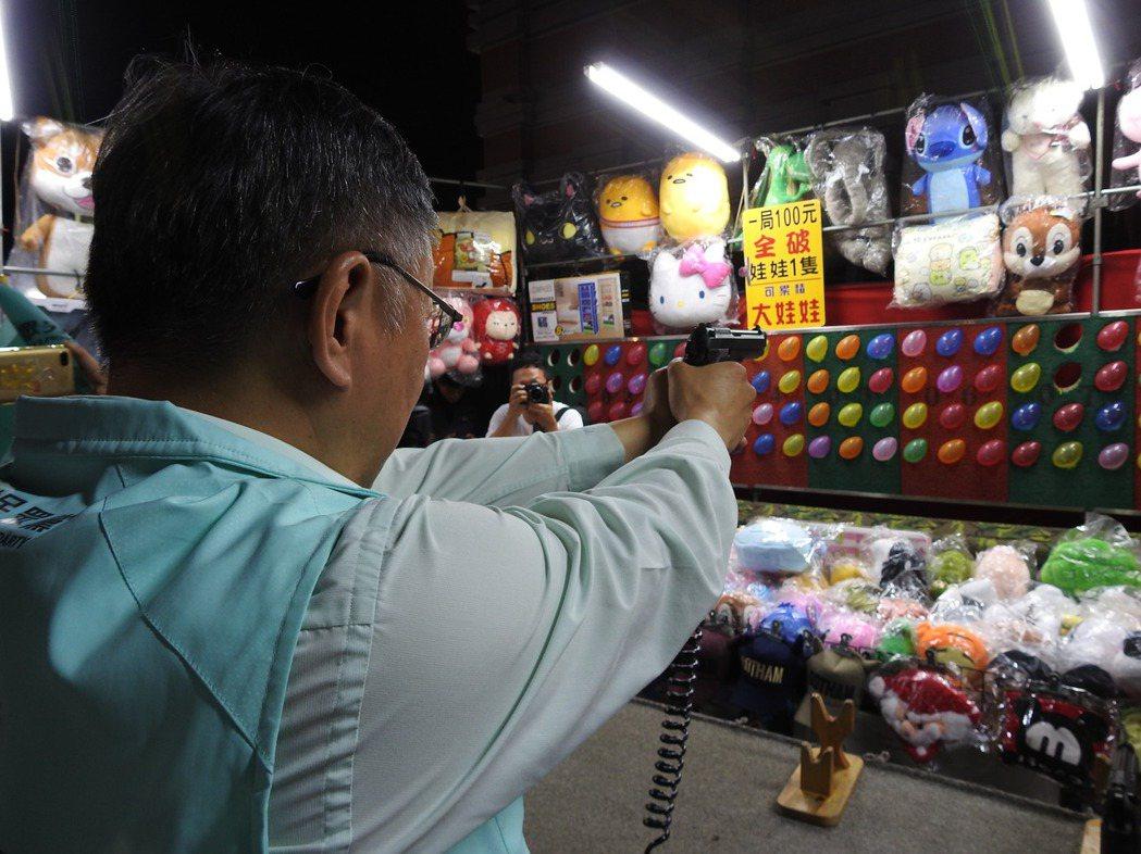 台灣民眾黨主席、台北市長柯文哲今到南投縣「草鞋墩人文觀光夜市」,還射氣球、套圈圈...