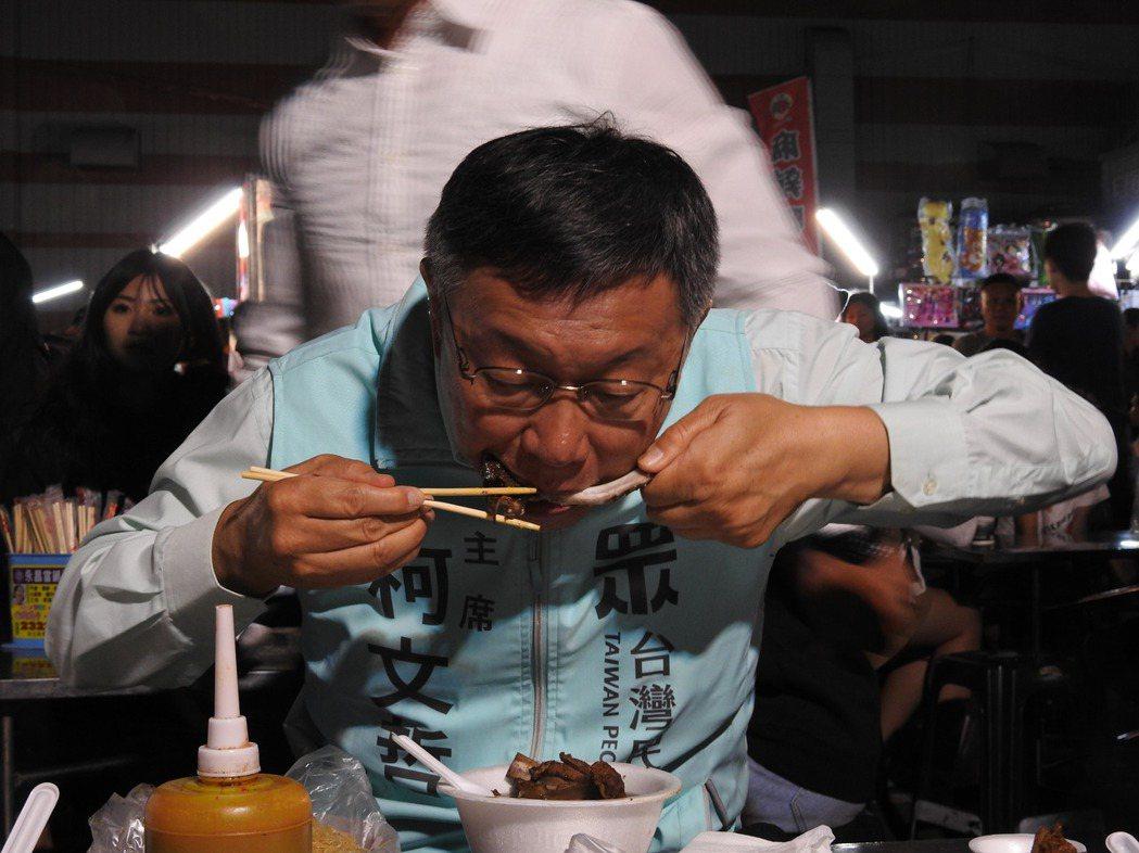 台灣民眾黨主席、台北市長柯文哲今晚到南投知名夜市「草鞋墩人文觀光夜市」掃街,人氣...