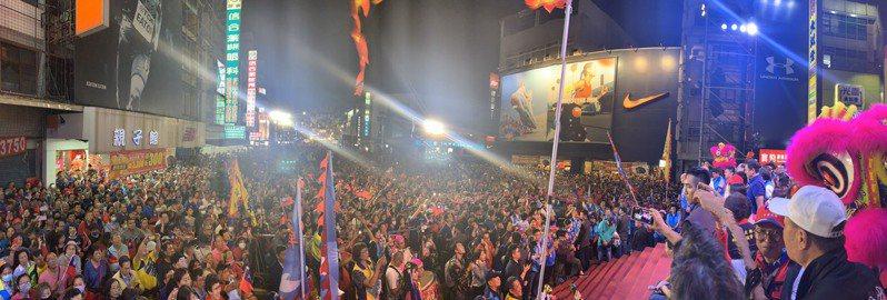 國民黨總統參選人韓國瑜與屏東縣立委參選人聯合競選總部今晚成立,主辦單位宣布人數突破三萬人。圖/韓國瑜競選辦公室提供