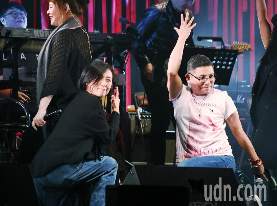 愛之日常音樂節於華山Legacy開唱,歌手黃韻玲(左)與郭子(右)扭擺身軀賣力演...