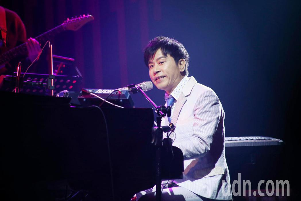 愛之日常音樂節於華山Legacy開唱,歌手伍思凱以鋼琴伴奏演唱經典歌曲愛的鋼琴手...