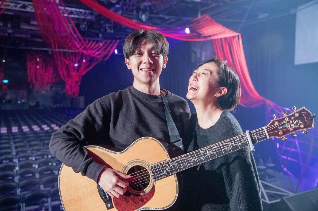 黃韻玲力薦20歲兒子沈裕紘擔任音樂會吉他手。圖/愛之日常提供