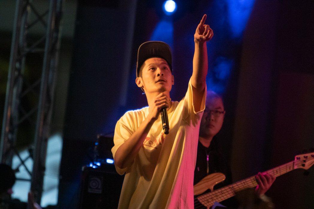 Leo王今晚於簡單生活節演出,台上呼籲成年粉絲明年記得投票。圖/簡單生活節提供