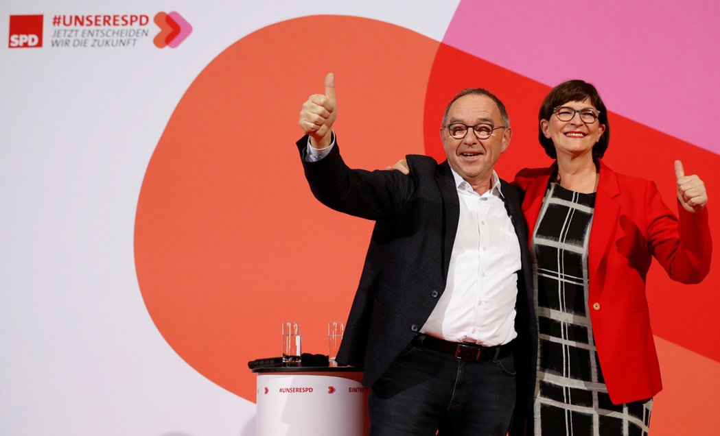 圖為沃爾特-波楊斯(左)及艾斯肯當選後於社民黨總部內開心慶祝的畫面。路透