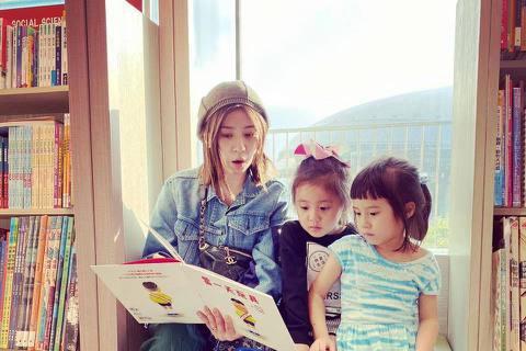 賈靜雯假日帶2個女兒咘咘、Bo妞捧場設計師好友的展覽,還讓女兒們穿上好友設計的服裝當「一日模特兒」,開玩笑稱:「這樣相挺,是上輩子欠她嗎?」咘咘、Bo妞當起小小代言人架式十足,網友大讚:「好專業喔!...