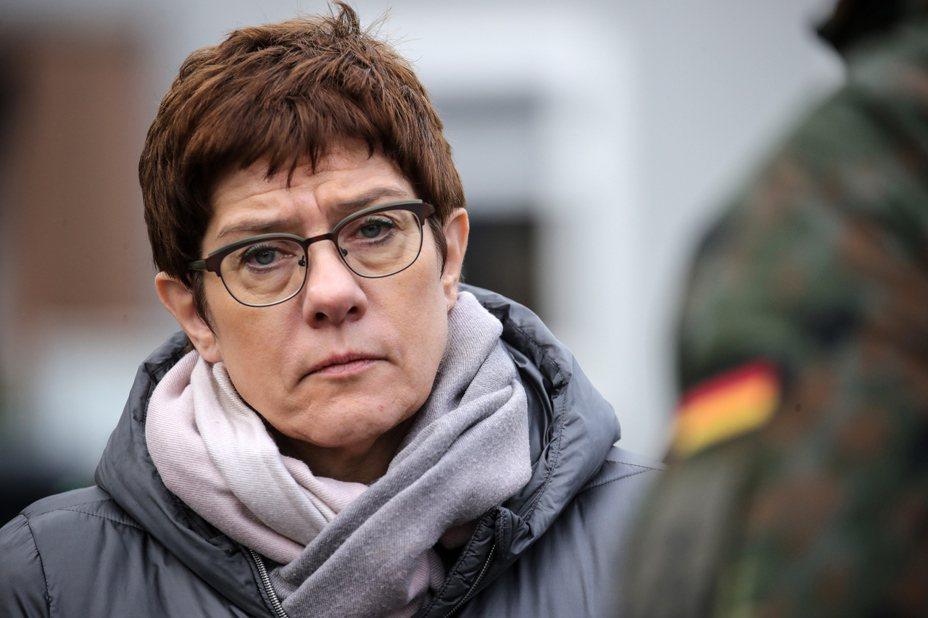 在對科索沃的訪問中,德國防長克朗普-凱倫鮑爾(Annegret Kramp-Karrenbauer)指出,該地區面臨著新的挑戰。 歐新社