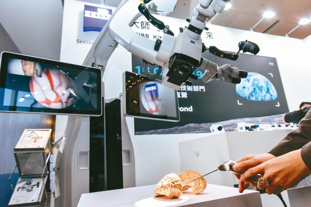 台灣神經外科學術研討會現場攤位,展示超微觀察鏡及外視鏡技術儀器操作。 圖/台灣神...