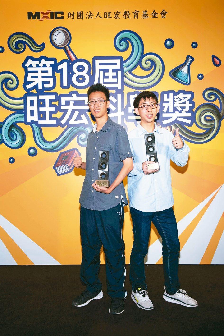 旺宏科學獎昨天頒獎,謝謹暄(左)與王奎鈞(右)同獲金牌獎,獲得大學四年四十萬元獎...