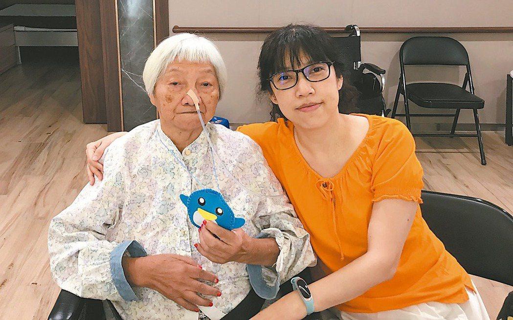營養師謝惠敏(右)自從媽媽(左)插鼻胃管後,努力訓練媽媽由口進食,雖然耗時但不輕...