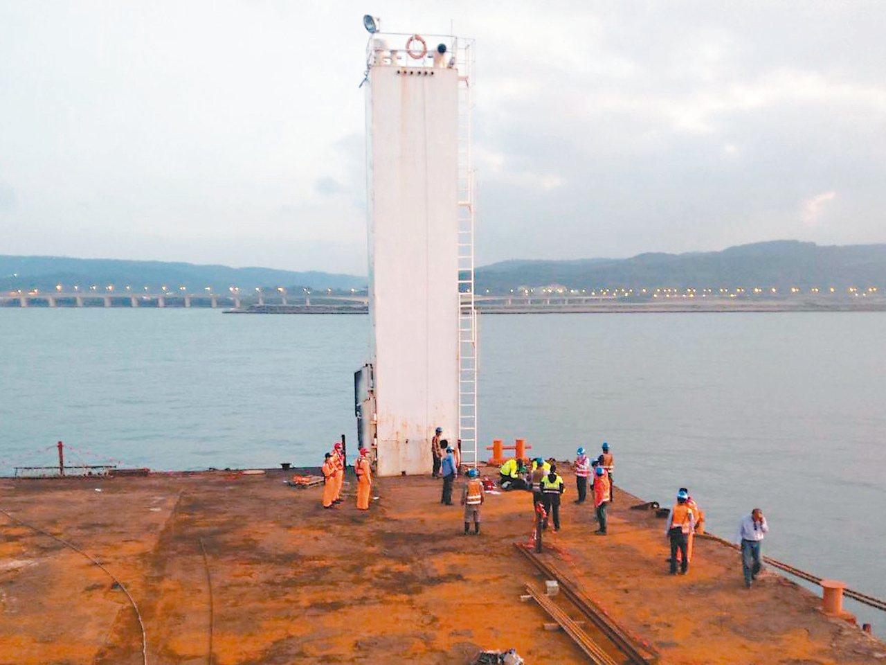 中油委外包商昨天在台北港進行沉箱吊掛作業發生意外,七名工人掉進海裡,造成三死四傷...