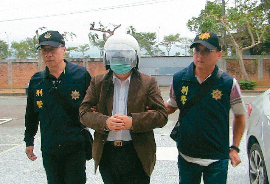 台灣省自來水公司前董事長徐享崑(中)涉兩件貪汙案,苗栗警察分局專案小組昨天逮捕他。 記者范榮達/攝影