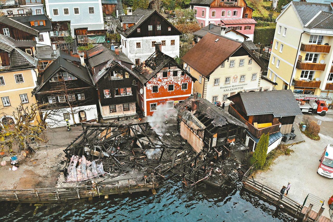 奧地利哈修塔特鎮十一月卅日發生火災,四棟房舍被燒毀。 (歐新社)