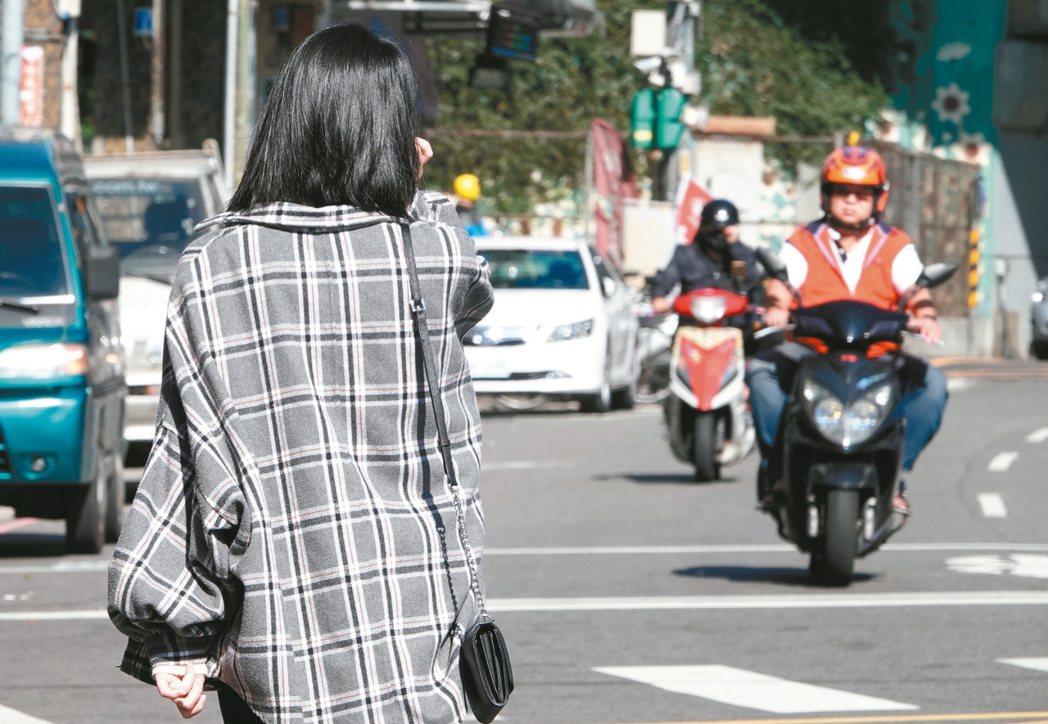 研究發現,當行人行走在沒有人行道的路上,逆向車流靠左走,行人發生事故的死亡率減低...