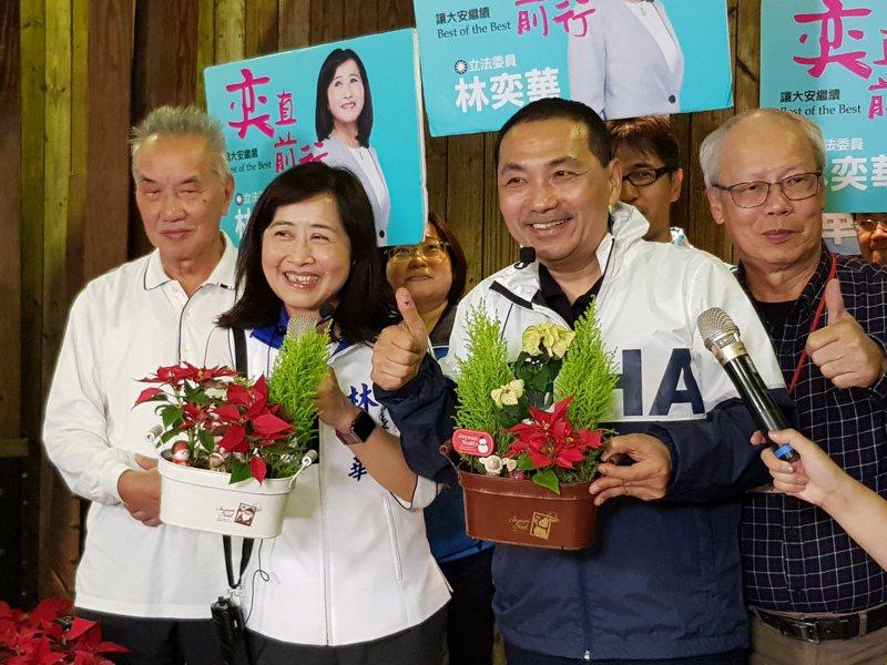 新北市長侯友宜昨午後到台北建國花市陪林奕華掃街,兩人現場還示範如何裝飾耶誕小盆栽。記者翁浩然/攝影