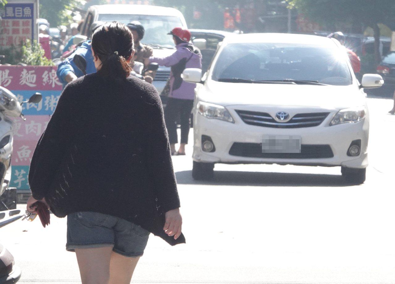 學者呼籲「逆向走」入法,交通部說目前主要提倡防禦駕駛觀念,讓行人「看見」跟「被看...