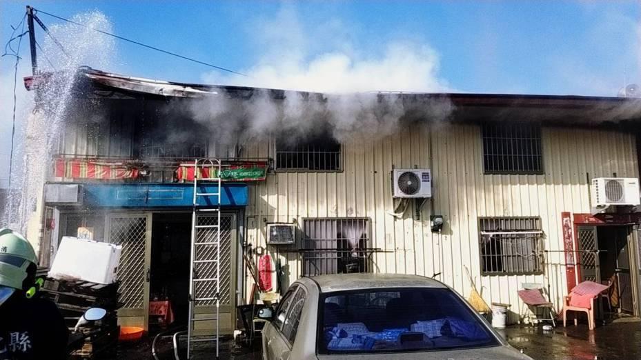 彰化縣芬園鄉昨天發生火警,在二樓的游姓婦人被嗆昏,送醫不治。圖 /彰化消防局提供