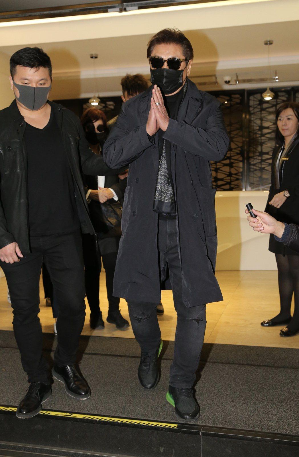 高以翔的父母帶著口罩墨鏡現身,雙手合十感謝大家的關心。記者許正宏/攝影