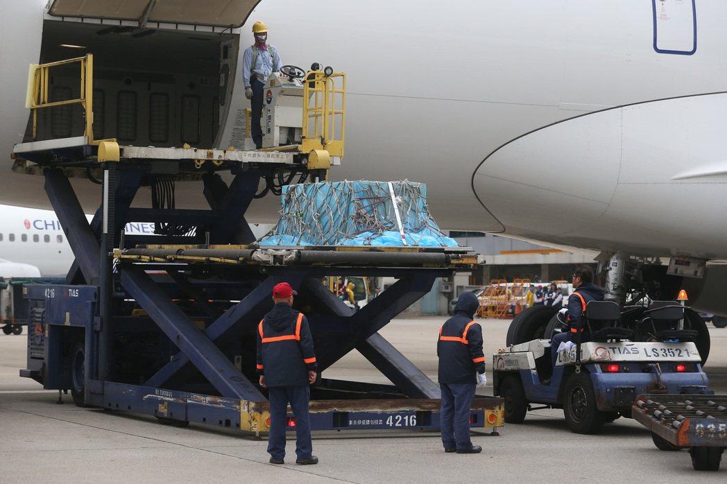 在大陸錄製節目時猝逝的藝人高以翔,遺體由家人陪同,搭乘中國東方航空公司班機,二日...