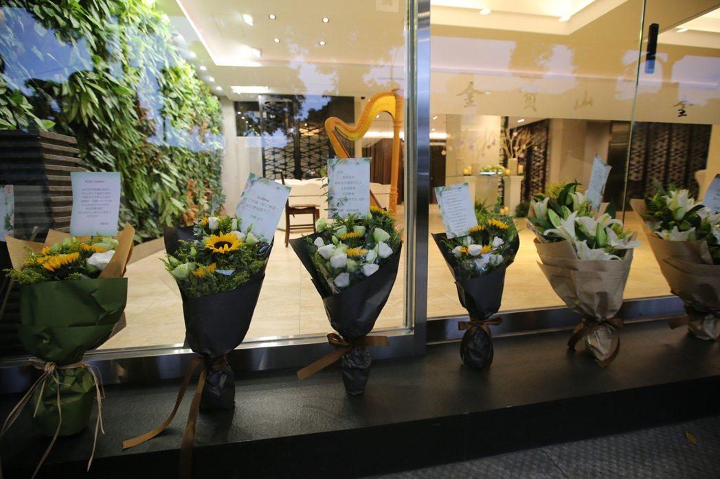 在中國大陸猝死的藝人高以翔,2日遺體運回台灣,粉絲在靈堂外擺放鮮花卡片致意。記者...
