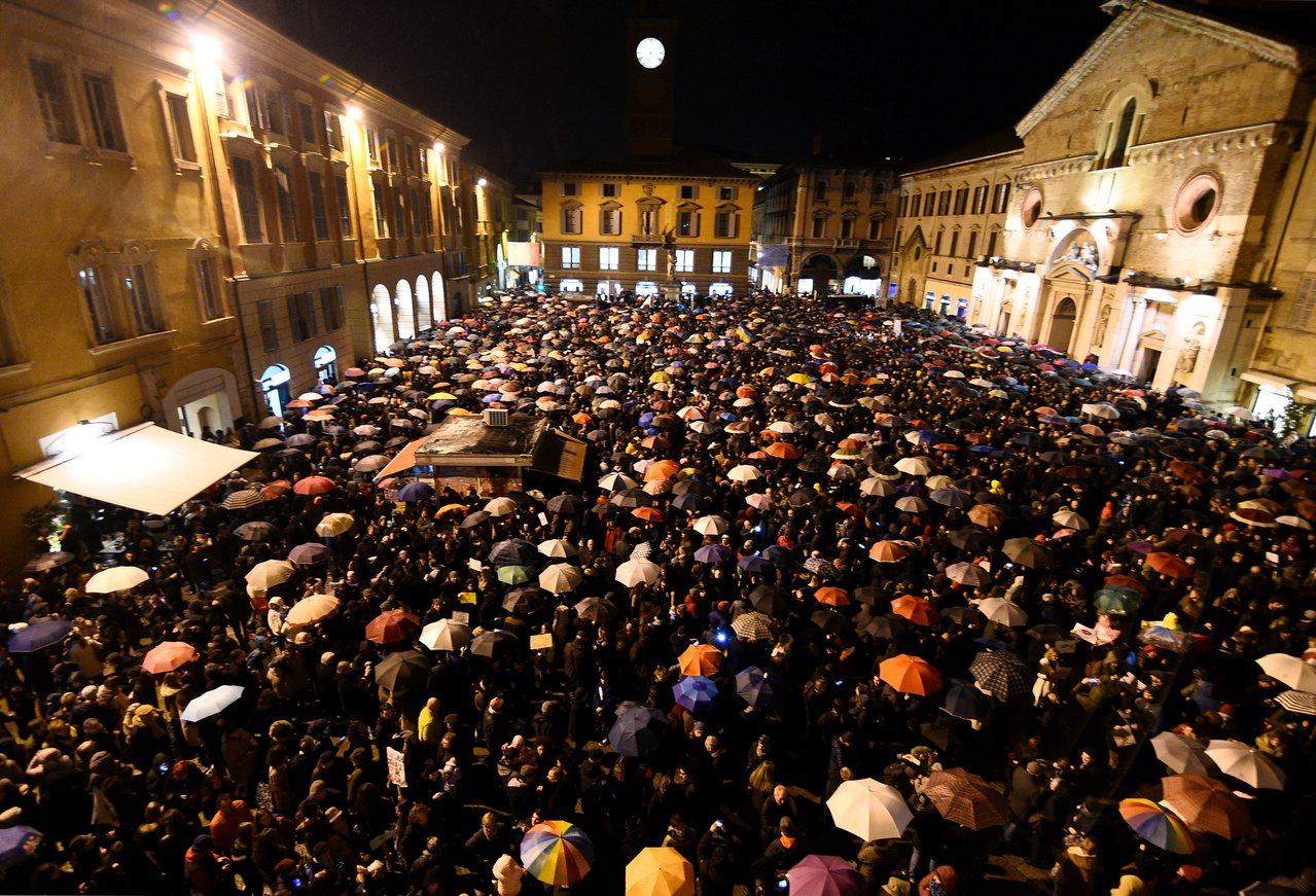 沙丁魚運動參加者在11月23日擠滿了雷喬艾米利亞市中心的廣場。(路透)