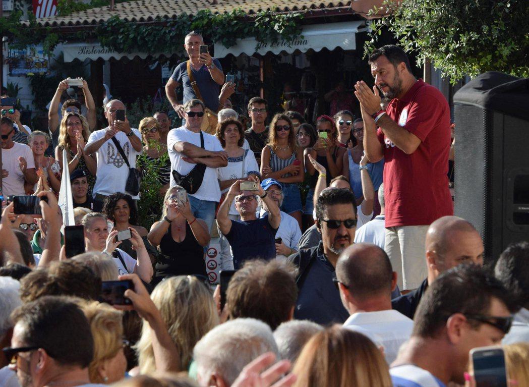 今年幾場區域選舉中,曾任義大利副總理的薩維尼(右)經常舉行街頭集會拉票,成效不錯...
