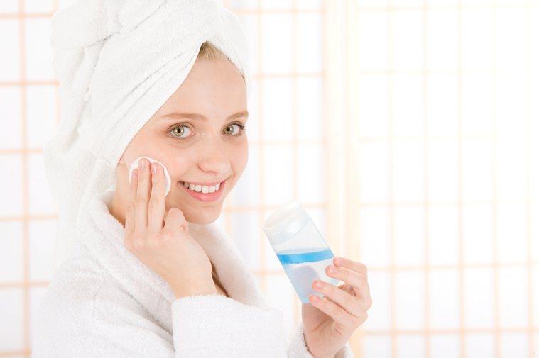 建議洗完臉、洗完澡以後,在皮膚還透著水氣時,因角質細胞泡水會變軟、變薄,趕快擦上...