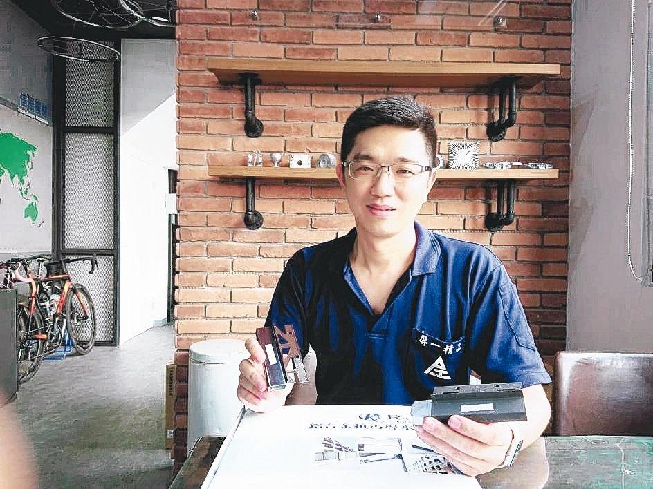 瑞克大衛總經理黃春暉展示該公司7年前所研製的國內首款預埋式導水板。 莊智強/攝影