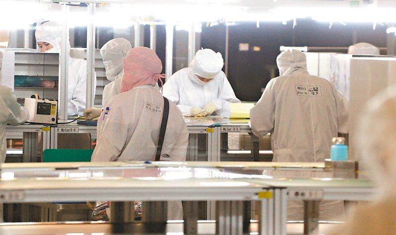 京東方不再投資LCD、樂金顯示器砍資本支出並減產,松下索性退出LCD生產,有助扭轉面板供過於求,群創、友達迎春燕。圖為面板廠生產線。 (本報系資料庫)