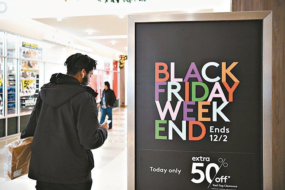 今年美國「黑色星期五」的網購額創新高,達到74億美元。 路透