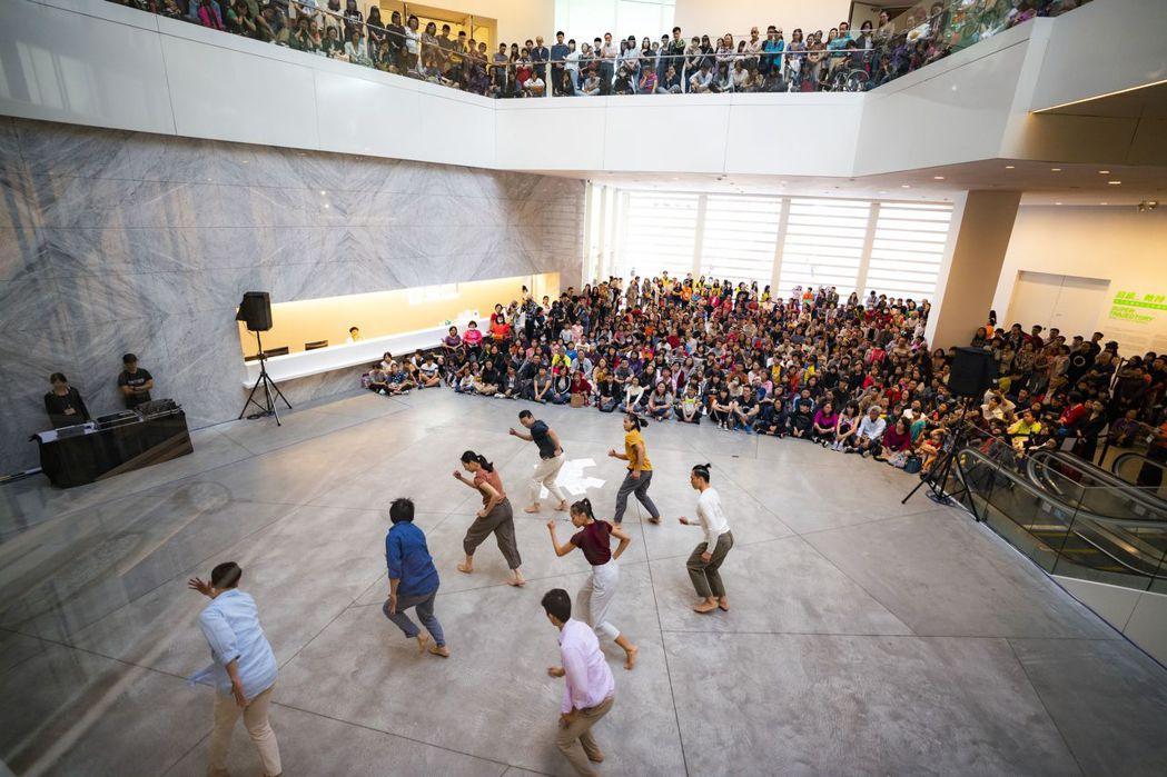 臺南市美術館化作大舞池,雲門舞者跳進美術館大廳。  南美館 提供