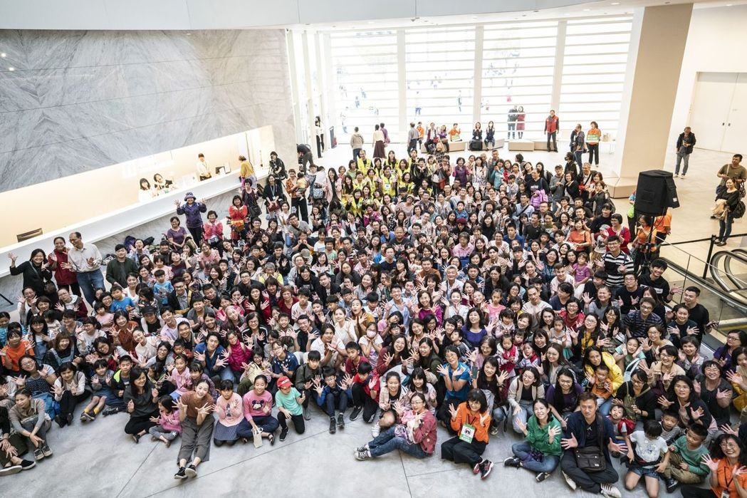 南美館大廳湧入1,500餘人觀賞雲門舞集演出。  南美館 提供
