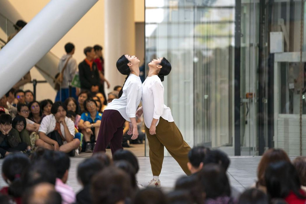雲門舞者就在觀眾身邊,讓觀眾近距離觀賞舞蹈。  南美館 提供