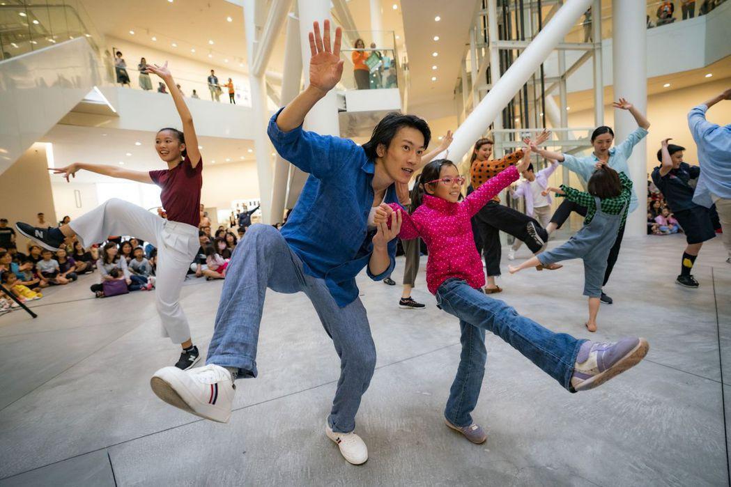 小朋友受到氣氛感染,也情不自禁與雲門舞者共舞。  南美館 提供