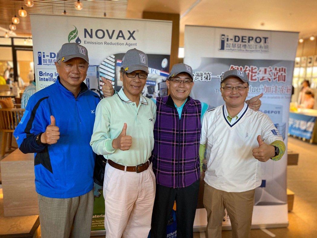 諾瓦材料科技董事長楊聯智(右二)與參賽人員合影。 諾瓦材料科技/提供