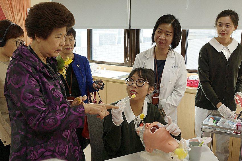 台灣長照護理學會盧美秀理事長瞭解師生實作教學情形。 長庚科大/提供