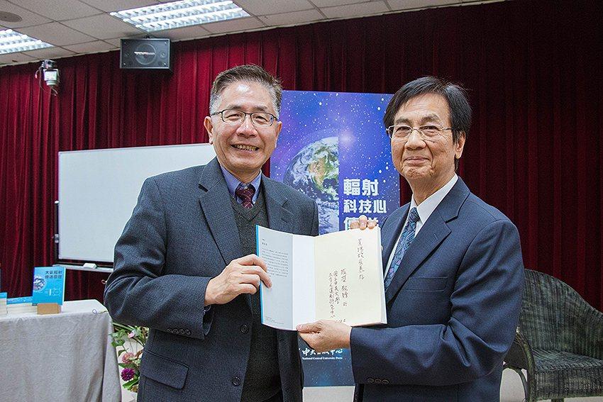 劉振榮(右)教授會後將新書贈予國立中央大學校長周景揚。 中央大學/提供
