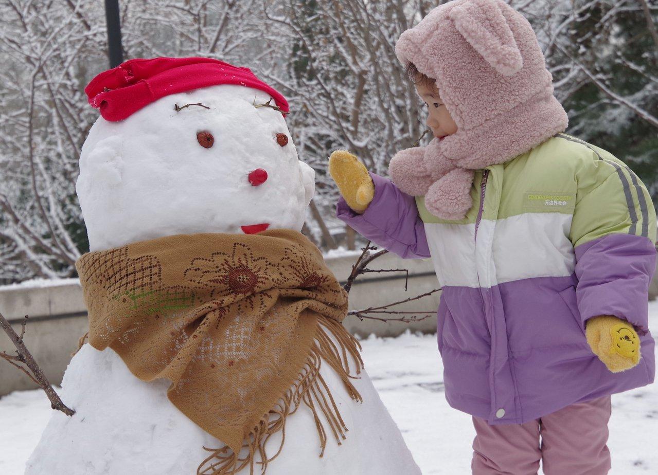 初雪催生新商機:代堆雪人10厘米25元 中國新聞社