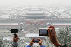 8萬人擠北京故宮追初雪 皇城穿古裝擺拍玩「穿越」