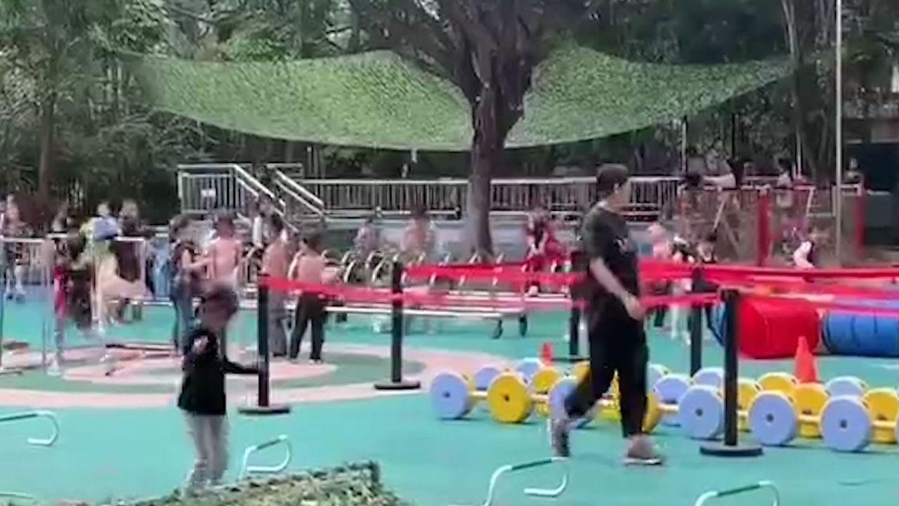 幼兒園兒童裸露上半身進行「三浴鍛鍊」。 圖/取自南方都市報