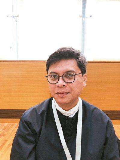 來自菲律賓的新加坡雙年展藝術總監派翠克.弗洛斯(Patrick Flores)。...
